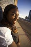 Mujer del afroamericano que se inclina contra un edificio Fotos de archivo