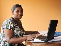 Mujer del afroamericano que trabaja con el lapt Fotografía de archivo