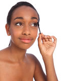 Mujer del afroamericano que usa el cepillo del rimel Fotografía de archivo libre de regalías