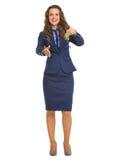 Mujer del agente inmobiliario que da llaves y que estira la mano para el apretón de manos Foto de archivo libre de regalías