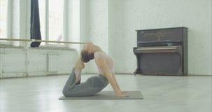Mujer del ajuste de la yogui que hace ejercicio de rey Cobra dentro almacen de metraje de vídeo