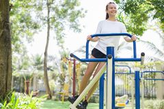 Mujer del ajuste que ejercita en el gimnasio del parque fotos de archivo