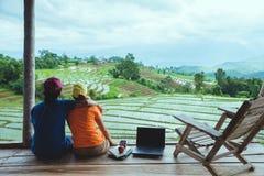 Mujer del amante y naturaleza asi?tica del viaje del hombre El viaje se relaja El balcón del centro turístico Vista del campo en  fotografía de archivo