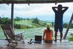 Mujer del amante y naturaleza asi?tica del viaje del hombre El viaje se relaja El balcón del centro turístico Vista del campo en  imágenes de archivo libres de regalías