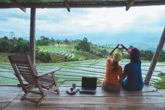 Mujer del amante y naturaleza asi?tica del viaje del hombre El viaje se relaja El balcón del centro turístico Vista del campo en  fotos de archivo