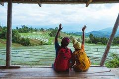Mujer del amante y naturaleza asi?tica del viaje del hombre El viaje se relaja El balcón del centro turístico Vista del campo en  fotos de archivo libres de regalías