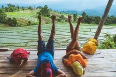 Mujer del amante y naturaleza asi?tica del viaje del hombre El viaje se relaja El balcón del centro turístico Vista del campo en  imagen de archivo