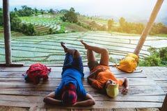 Mujer del amante y naturaleza asi?tica del viaje del hombre El viaje se relaja El balcón del centro turístico Vista del campo en  foto de archivo