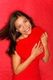 Mujer del amor que muestra el corazón rojo Foto de archivo libre de regalías