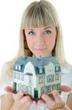 Mujer del arquitecto con poca casa en la mano Imágenes de archivo libres de regalías