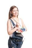 Mujer del artista con la paleta de la pintura que guarda el cepillo Foto de archivo