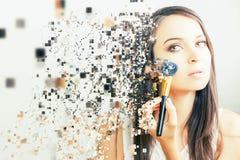 Mujer del artista de maquillaje que hace maquillaje usando el cepillo cosmético para sí mismo Foto de archivo libre de regalías