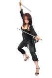 Mujer del asesino con dos espadas fotografía de archivo libre de regalías