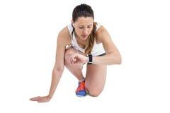 Mujer del atleta en listo a la posición de funcionamiento Imagenes de archivo