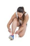 Mujer del atleta que ata sus zapatillas deportivas Fotografía de archivo libre de regalías