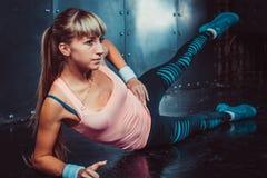 Mujer del atleta que ejercita el calentamiento y estirar Imagen de archivo