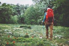 Mujer del aventurero que camina con la mochila fotografía de archivo