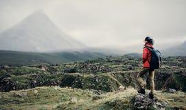 Mujer del Backpacker que camina en valle de la montaña fotografía de archivo libre de regalías