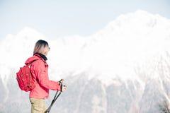 Mujer del Backpacker que mira las montañas del invierno imágenes de archivo libres de regalías