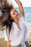 Mujer del baile con el pelo del vuelo en la playa Imágenes de archivo libres de regalías