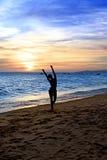 Mujer del baile de la silueta en la puesta del sol Fotos de archivo