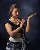 Mujer del baile en el traje indio nacional Foto de archivo libre de regalías
