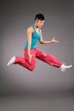 Mujer del baile en ropa de deportes en salto fotografía de archivo libre de regalías