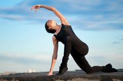 Mujer del baile sobre el cielo azul. Yoga Fotografía de archivo