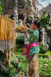 Mujer del Balinese que hace ofrendas en el templo, Ubud, Bali Fotos de archivo