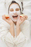 Mujer del balneario con la máscara facial del krem imagenes de archivo