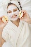 Mujer del balneario con la máscara facial del krem Imagen de archivo