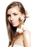 Mujer del balneario con las flores del algodón Foto de archivo libre de regalías