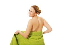 Mujer del balneario envuelta en toalla Imagen de archivo