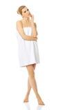 Mujer del balneario envuelta en toalla Imagen de archivo libre de regalías