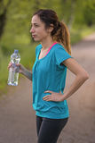 Mujer del basculador durante rotura con una botella de agua Foto de archivo libre de regalías