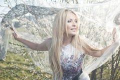 Mujer del blonde de la moda del vestido del cordón de la primavera Fotografía de archivo libre de regalías