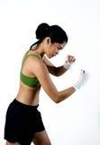 Mujer del boxeador con Handwrap blanco que hace el boxeo de la sombra Foto de archivo libre de regalías