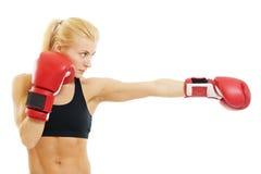 Mujer del boxeador con los guantes de boxeo rojos Fotografía de archivo libre de regalías