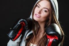 Mujer del boxeador del deporte en el encajonamiento negro de los guantes Imagen de archivo libre de regalías