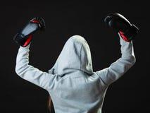 Mujer del boxeador del deporte en el encajonamiento negro de los guantes Fotografía de archivo libre de regalías