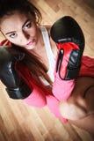 Mujer del boxeador del deporte en el encajonamiento negro de los guantes Fotos de archivo libres de regalías