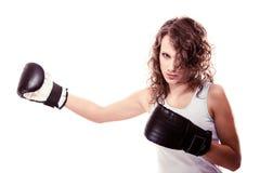Mujer del boxeador del deporte en guantes negros. Boxeo de retroceso del entrenamiento de la muchacha de la aptitud Foto de archivo