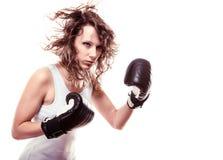 Mujer del boxeador del deporte en guantes negros. Boxeo de retroceso del entrenamiento de la muchacha de la aptitud Fotografía de archivo libre de regalías