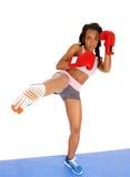 Mujer del boxeador durante ejercicio del boxeo Foto de archivo libre de regalías