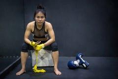 Mujer del boxeador que lleva la correa amarilla en la muñeca Foto de archivo libre de regalías