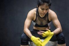 Mujer del boxeador que lleva la correa amarilla en la muñeca Foto de archivo