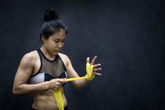 Mujer del boxeador que lleva la correa amarilla en la muñeca Fotografía de archivo