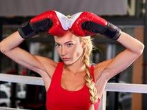 Mujer del boxeo del deporte que lleva guantes rojos Fotografía de archivo libre de regalías