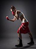 Mujer del boxeo durante fondo ejercicio-gris imagenes de archivo