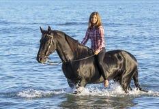 Mujer del caballo en el mar Fotos de archivo libres de regalías
